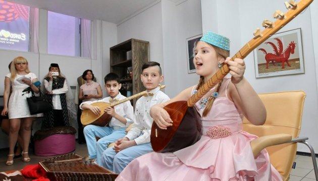"""В ArtHub кримськотатарські діти зіграли пісню """"1944"""" на старовинних інструментах"""