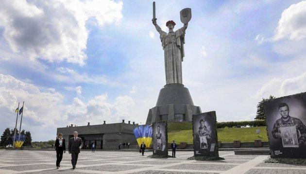 Порошенко: Бути військовим в Україні - почесно, а РФ зрікається своїх без докору сумління