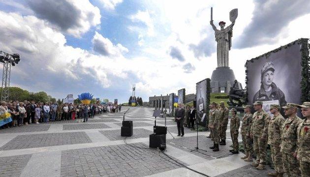 Меморіал українським героям встановлять на печерських пагорбах - Порошенко