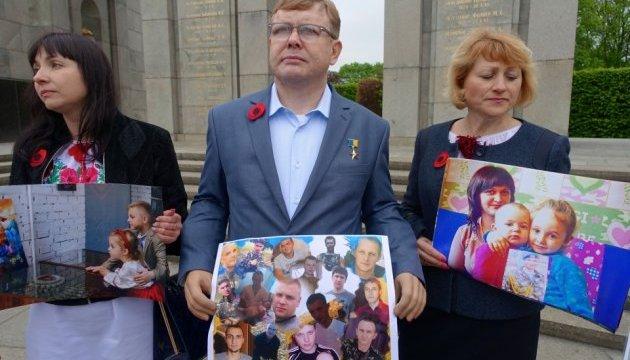 В Берлине родные украинских заложников призвали европейцев давить на Путина и боевиков 13