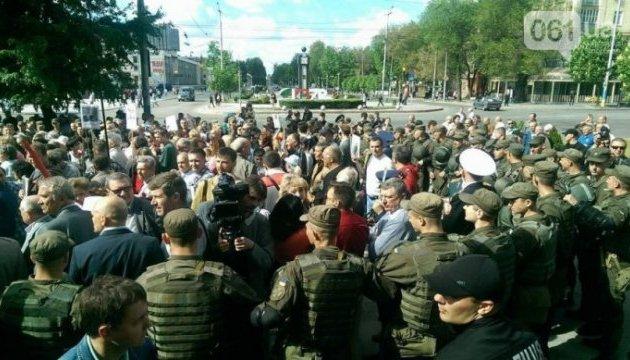 У Запоріжжі під мерією сталися сутички між мітингувальниками