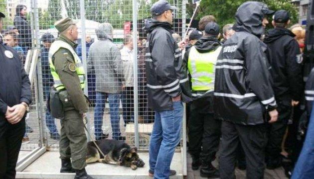Під час масових акцій постраждали восьмеро поліцейських