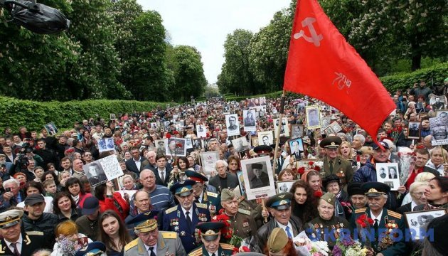 Біля обеліска Слави виникла штовханина через розірваний прапор СРСР