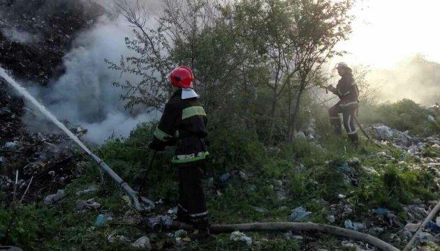 На Рівненщині гасять пожежу на сміттєзвалищі