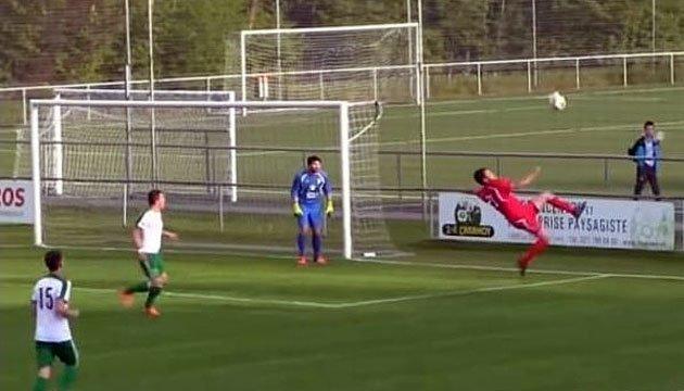 Швейцарець видовищною бісіклетою забив гол у власні ворота