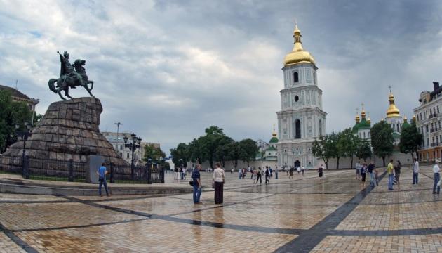 На Софийской площади уже собрались несколько тысяч человек, обстановка спокойная