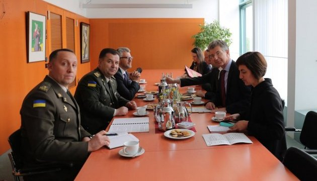 Полторак у Німеччині запевнив, що Україна не порушує Мінські домовленості