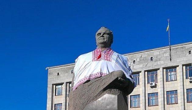Пам'ятник Корольову у Житомирі одягнули у вишиванку