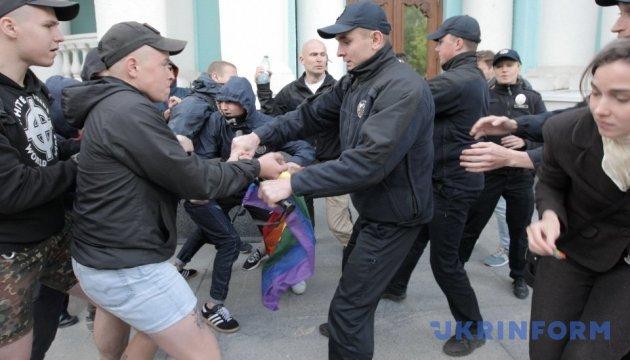 Молодики в балаклавах зірвали у Харкові весільний флешмоб ЛГБТ