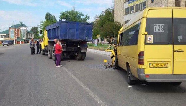 Під Дніпром маршрутка з людьми влетіла в фуру, постраждали дев'ятеро