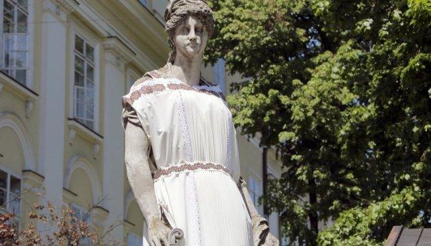 Львівські скульптури одягнули у вишиванки
