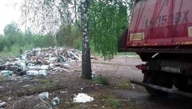 На Київщині суд арештував вантажівки з львівським сміттям