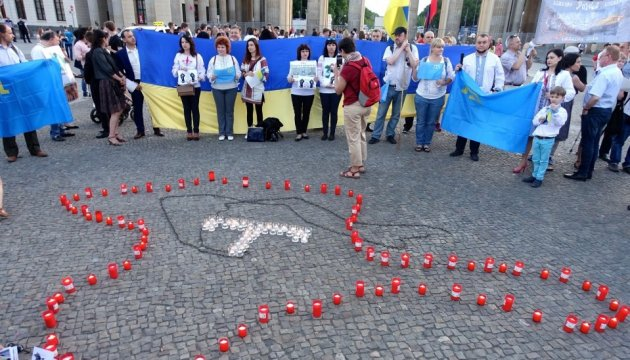 Candles in memory of deportation of Crimean Tatars lit in center of Berlin. Photos, video