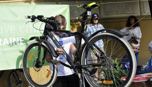 Чернівці: школяр відкрив станцію для ремонту велосипедів на грант British Council