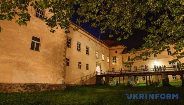 Ночной Ужгородский замок показал таинственный экспонат и фаер-шоу
