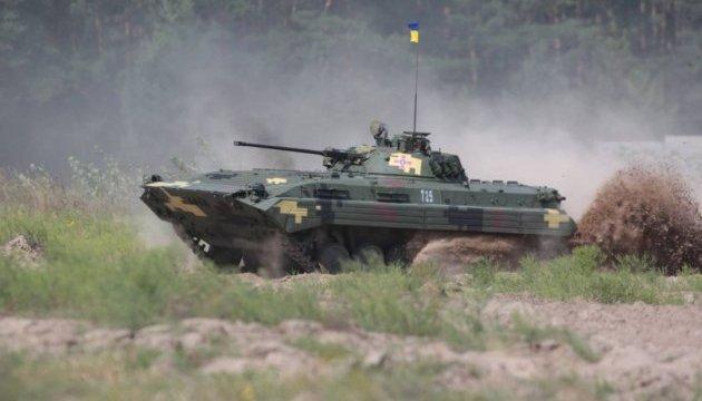 Под Харьковом прошли показательные стрельбы с бронетехникой