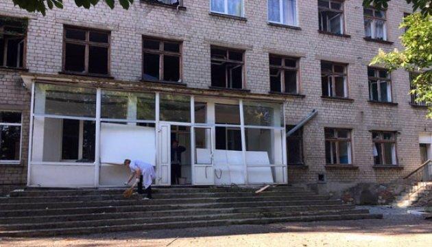 Обстріл Красногорівки: пошкоджені лікарня, школа, житлові будинки