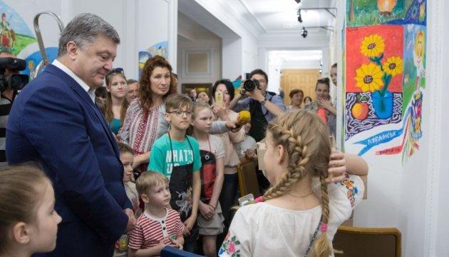 Президент познайомився з дітьми, малюнки яких прикрасять стіни АП