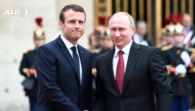 Зустріч у Парижі: Макрон стримано привітав Путіна