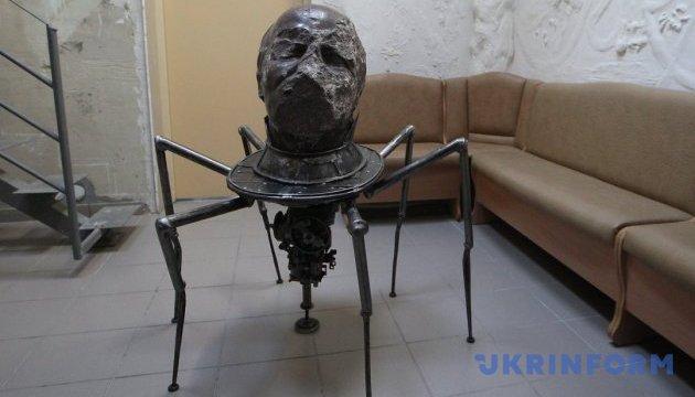 Людина-павук: Леніну  приробили ноги