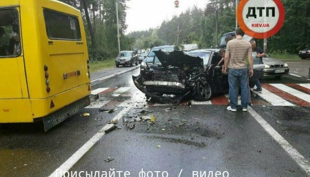 У Києві іномарка врізалася в маршрутку: на місці ДТП працюють 8 бригад