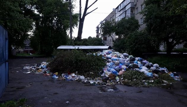 Львів'яни знову перекрили вулицю, вимагаючи вивезення сміття