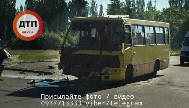 У Києві маршрутка не пропустила автобус, постраждав один із водіїв