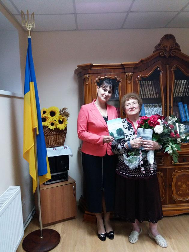 Перший секретар Посольства України Алла Отверченко з автором збірки