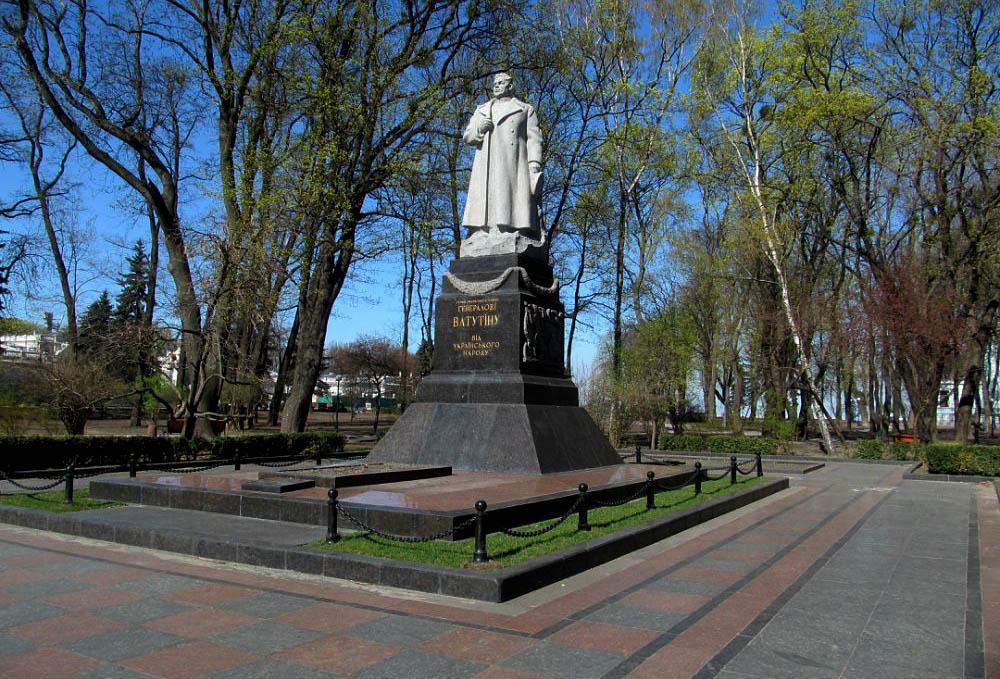Пам'ятник Ватутіну біля Верховної ради України. Київ.