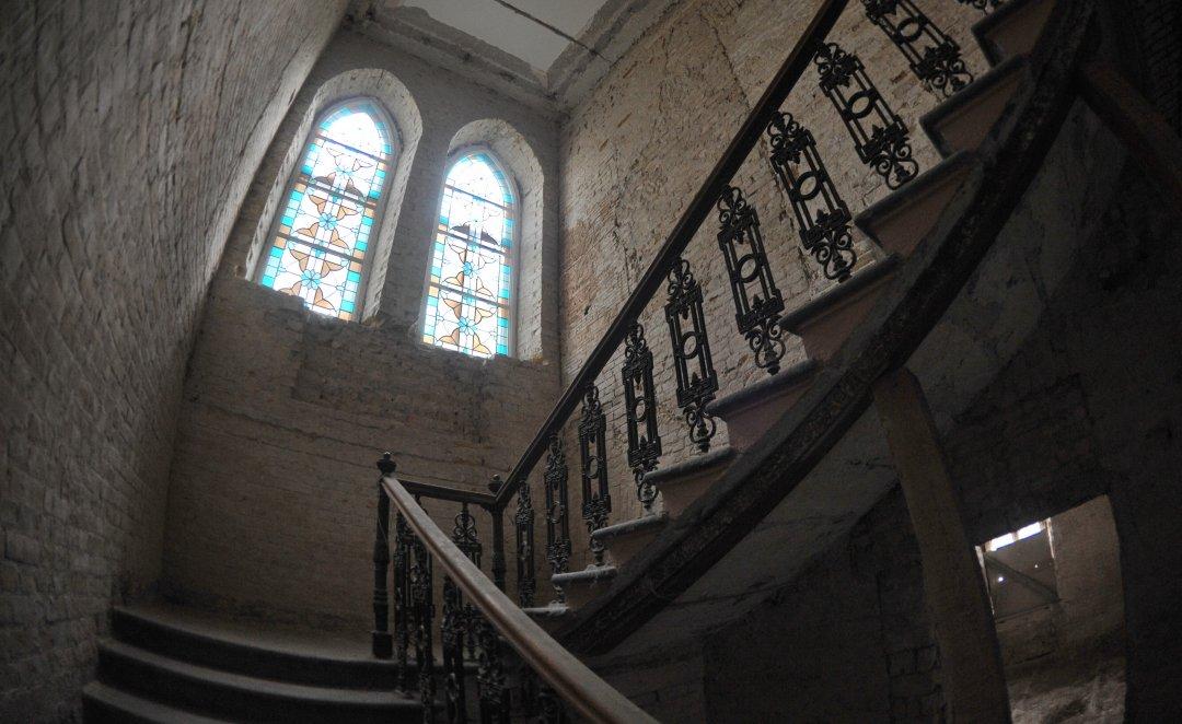 Так виглядає будинок Терещенків сьогодні: фігурні сходи, вітражі у вікнах та височенні стелі //  Фото: Олена Худякова