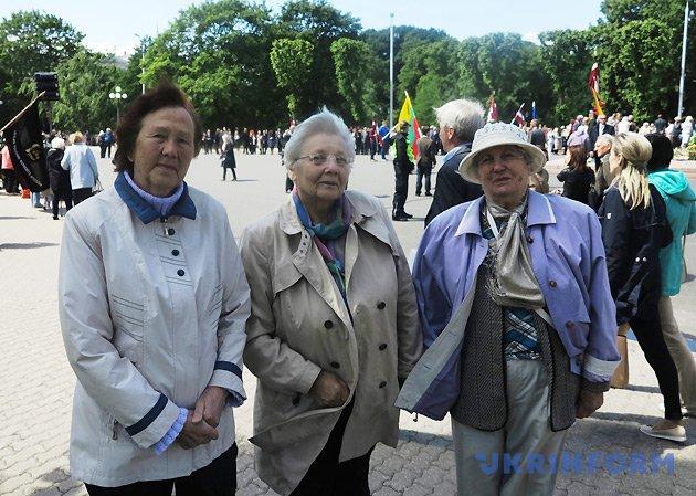 Елга Земзаре (депортація 1941 року), Єва Карклиня (депортація 1949 року) та Любов Денава (її чоловік був засуджений СМЕРШем до Сибіру в 1945 році).