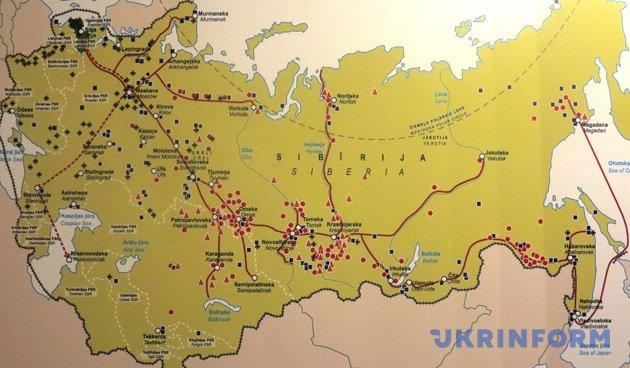 Мапа депортацій латишів. Червоні позначки - 1941 рік, чорні - 1949