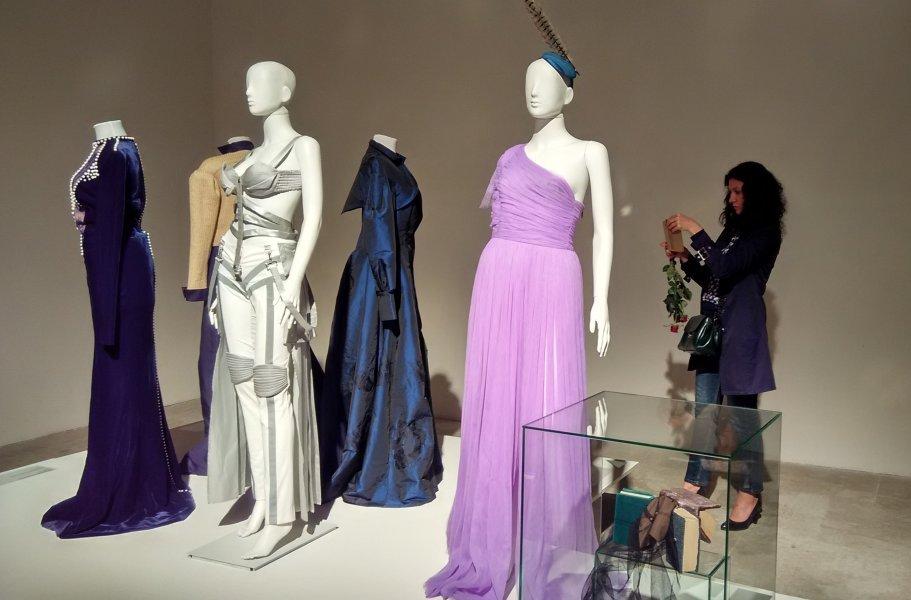 Сценічний образ співачки Руслани (ліворуч), сукня телеведучої Катерини Осадчої (праворуч)