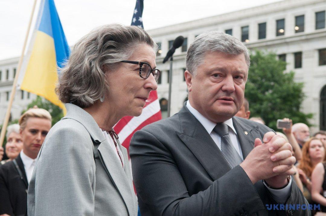 Президент України Петро Порошенко і автор Монументу