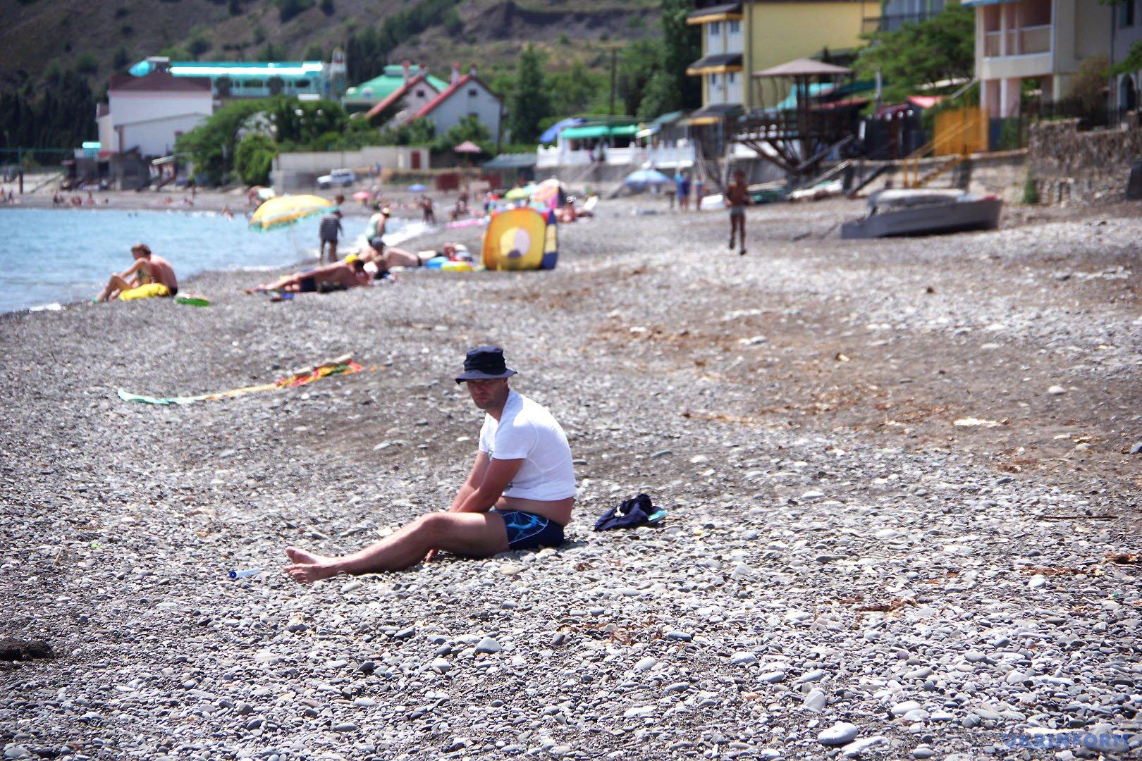 Напівпорожні пляжі у Криму