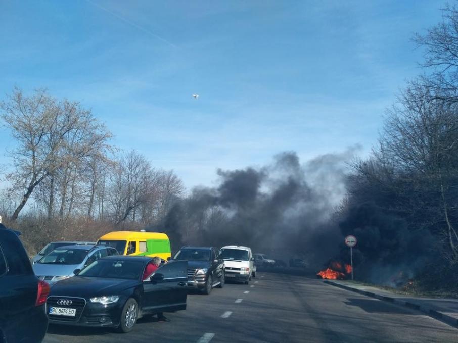 Перекрита дорога поблизу с. Гряда. Жовківського району Львівської області. Фото: Варта1/Facebook
