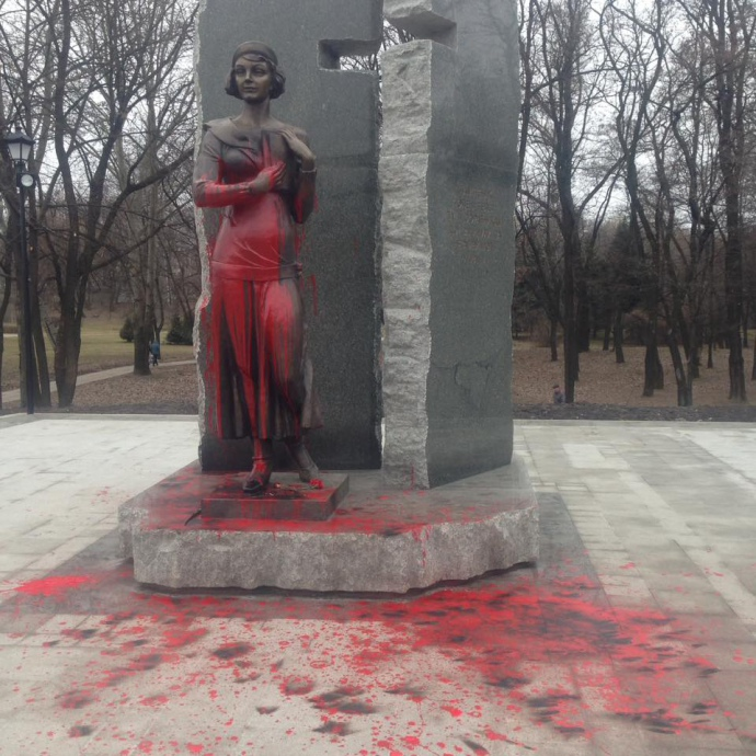 Сплюндрований памятник О.Телізі, фото Юрія Онищенка