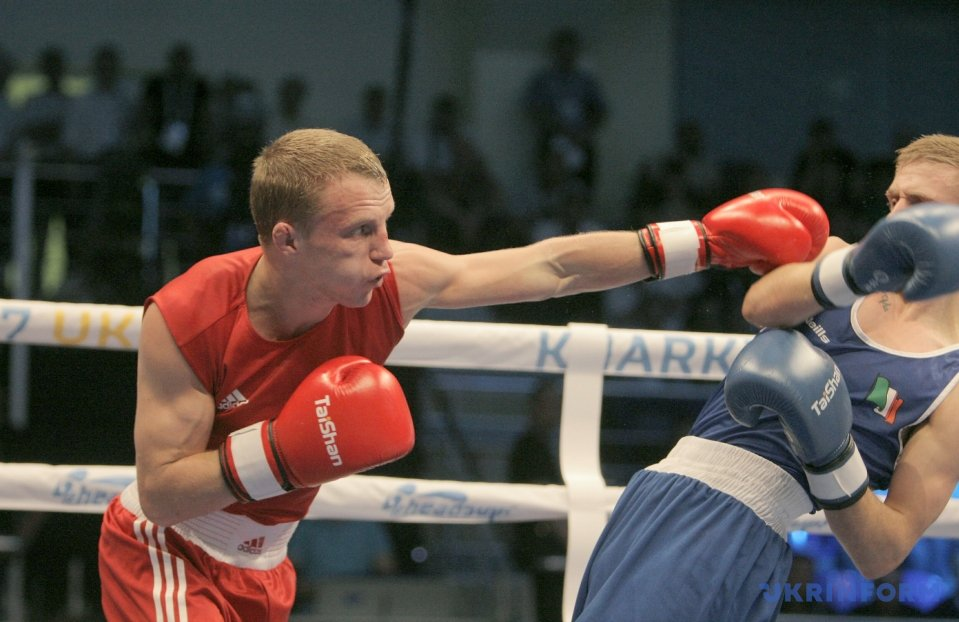 Микола Буценко (червона форма) та Курт Уолкер