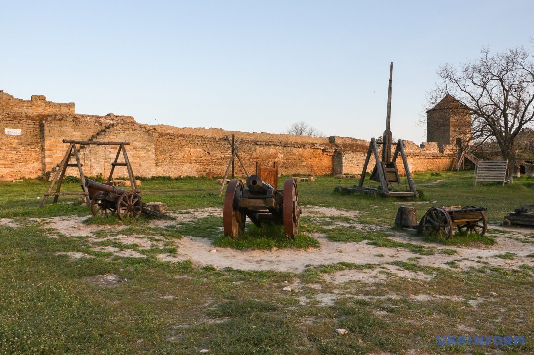Виставка зброї в гарнізонному дворі