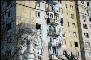 В Авдеевке ремонтируют после обстрелов многоэтажку с известным муралом