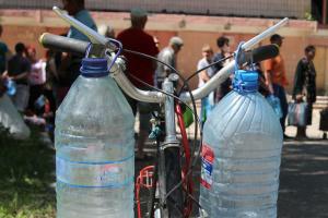 В Торецке воду распределяют по 40 литров в одни руки