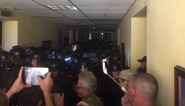 Під час сутичок у Київраді постраждали двоє правоохоронців