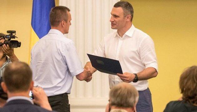 Кличко вручил 50 сертификатов на квартиры участникам АТО