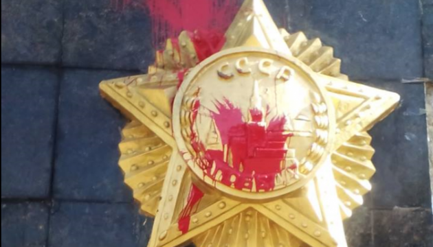 У Львові радянський пам'ятник облили червоною фарбою