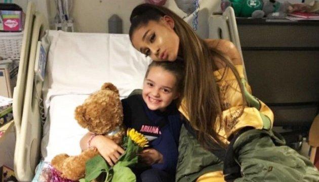 Ариана Гранде навестила детей, пострадавших от взрыва на ее концерте
