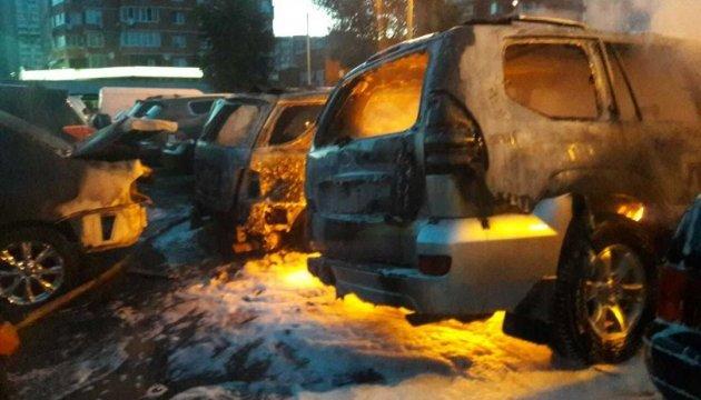 У Києві на стоянці три авто згоріли дощенту, ще п'ять пошкоджені вогнем