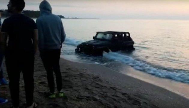 Французский турист «припарковал» свой джип в море