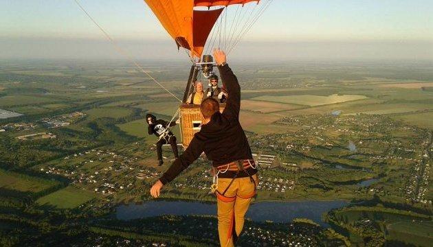 乌克兰极限运动爱好者在660米高空中的热气球间行走