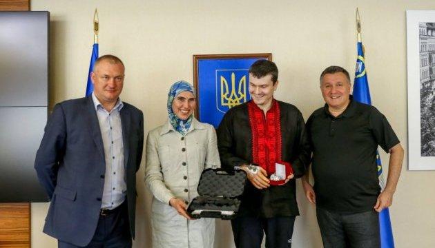 Глава МВД наградил Осмаева спецчасами, а Окуеву – новым пистолетом