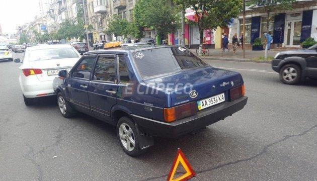 В Киеве таксист в обмороке протаранил две машины